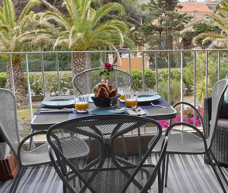Cette image représente une jolie terrase d'un studio à Hyères vue mer latérale